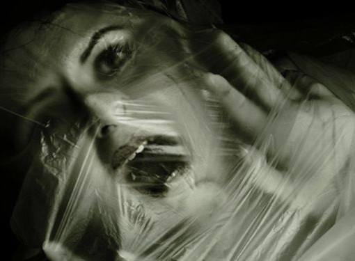 видео женщина душит мужчину пластиковым пакетом